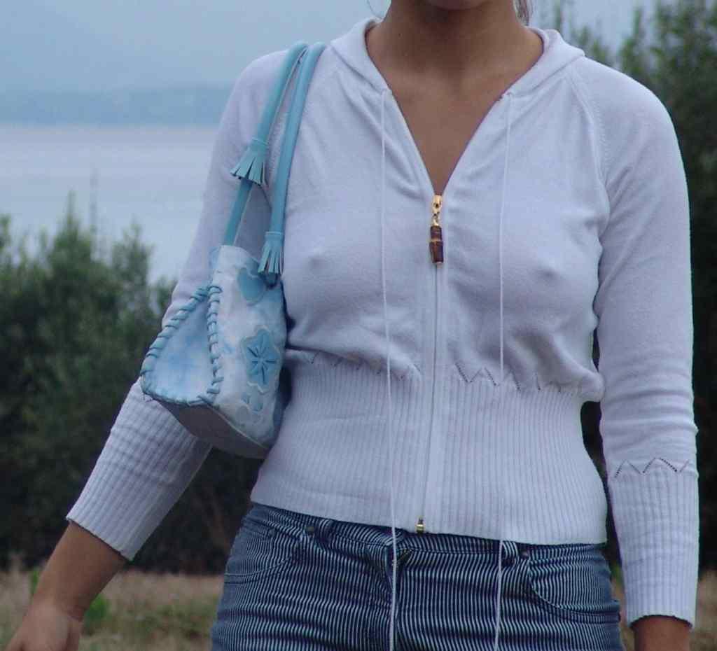 【ノーブラエロ画像】Aでもブラ必須wうっかりノーブラ女子のポッチリ乳首な正面(*´Д`)