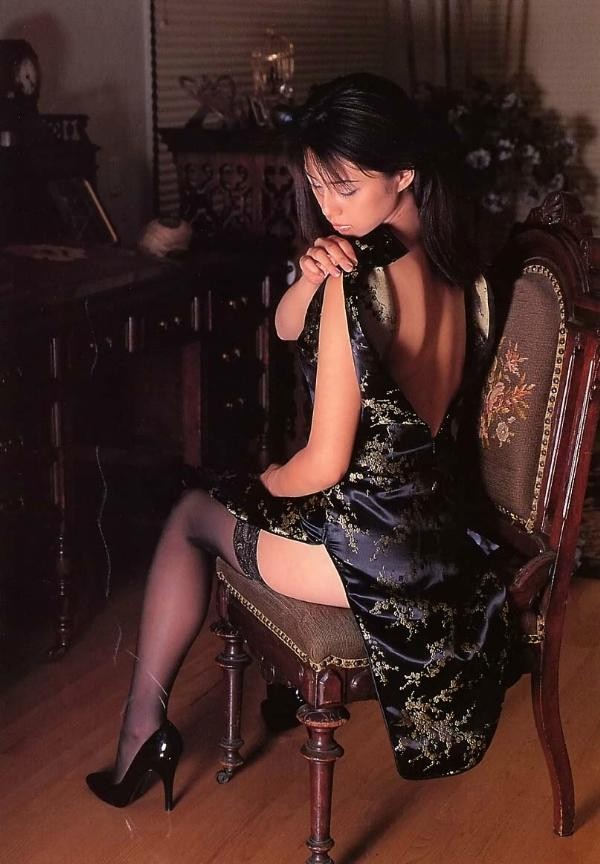 【コスプレエロ画像】深いスリットは必須!ムッチリ太もも際立つチャイナドレス(;´Д`)