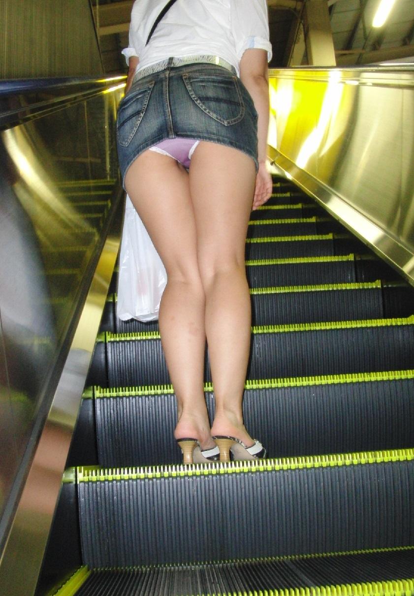 【パンチラエロ画像】履いている本人も承知の上w見ようと思えばすぐ見えるミニスカ女子のパンチラ(*´д`*)