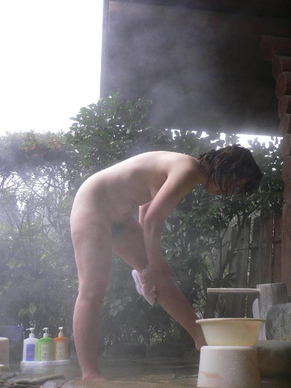 【露出エロ画像】普通の混浴風呂も写真撮るから露出プレイの一環でしかない件(*´Д`)