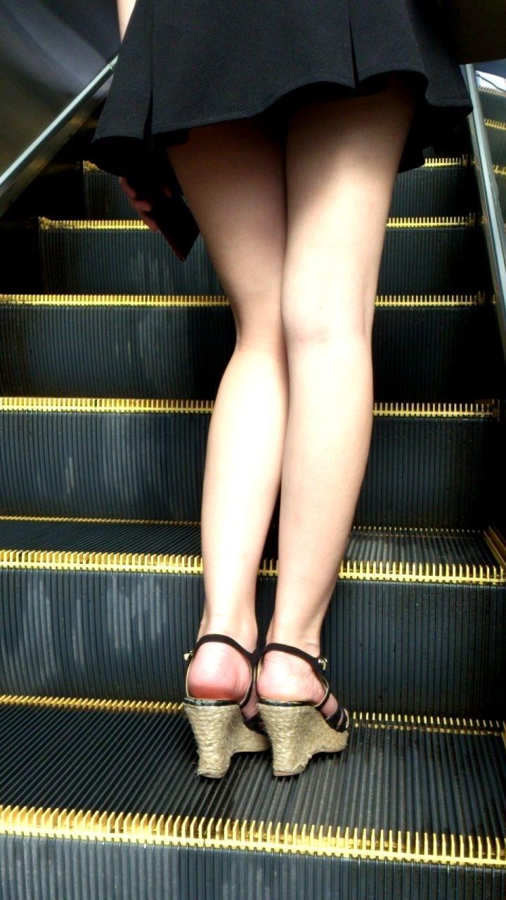 【パンチラエロ画像】香り漂う距離まで…目視より確実なローアングルパンチラ(*´Д`)