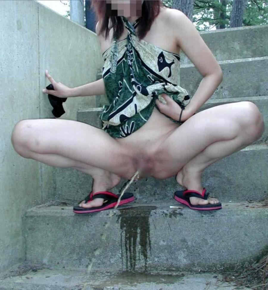 【放尿エロ画像】透明の方がマシw黄色見られると恥すぎな女子の放尿(*´д`*)