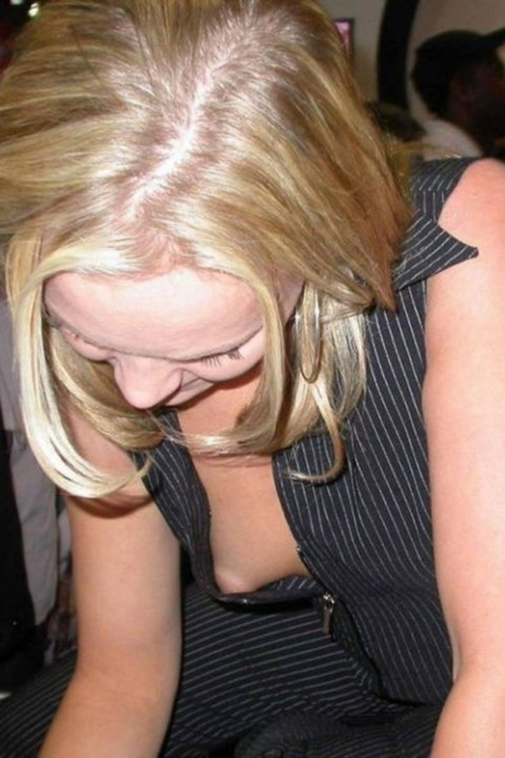 【胸チラエロ画像】他人に見られてますよ!全然平気な乳首チラの淑女たち(*´Д`)