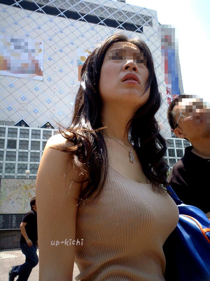 【巨乳エロ画像】歩いたら揺れる!たゆみと膨らみが視線を奪う街の着衣おっぱい(*´д`*)