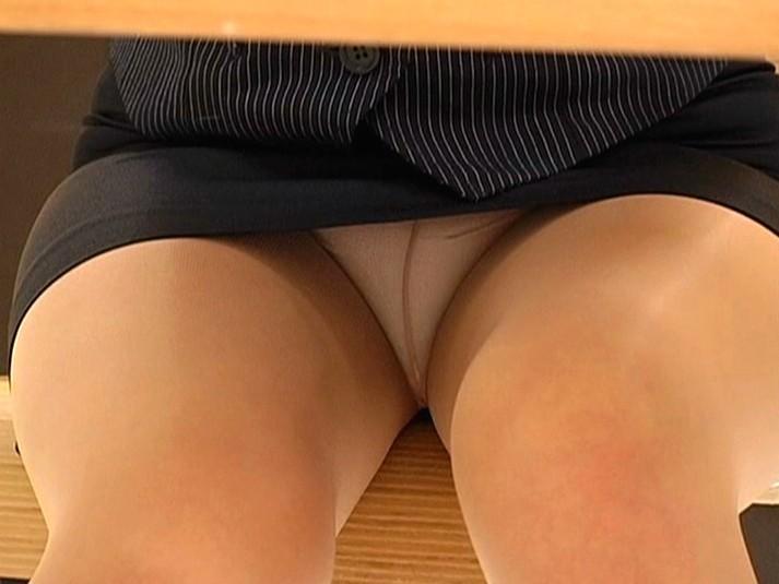 【パンチラエロ画像】上で対談中にこっそり激写!机の下からパンツ狙い撃ち(*´Д`)