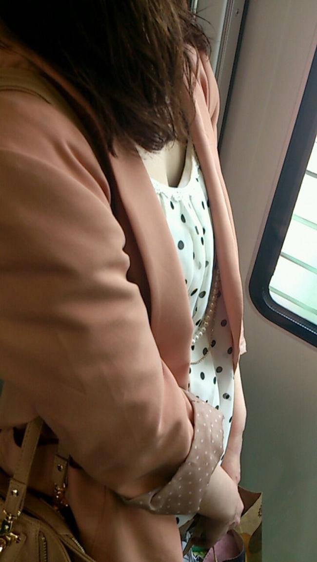 【胸チラエロ画像】立つのは辛いけど…見下ろせば絶景な電車内胸チラ観察(;´Д`)