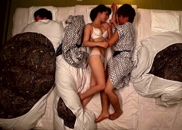 【エロ動画】1発10万ですからw寝ている彼氏の横で男友達と浮気中出し(*゚∀゚)=3