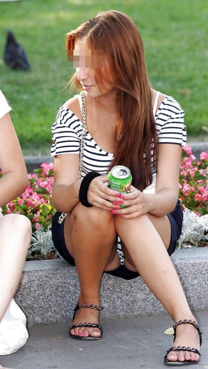 【パンチラエロ画像】生パンなのに見えていいという風潮w海外女性の堂々パンチラ(*´Д`)