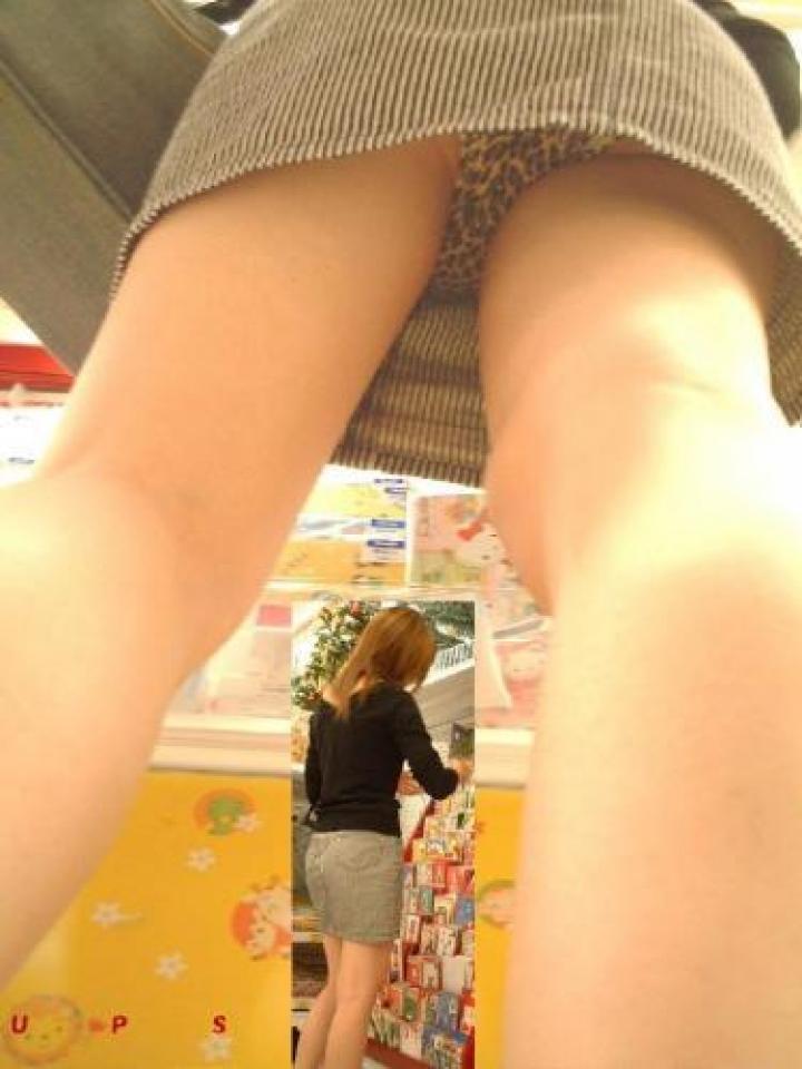 【パンチラエロ画像】変なパンツじゃなくてよかった…恥部すら暴く逆さ撮り(;´Д`)