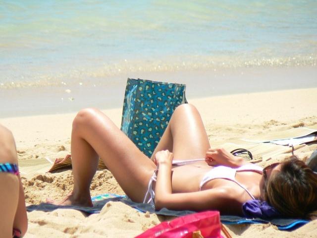 【水着エロ画像】ビーチで横たわるビキニ美女の凄く気になる見えそうな股間(;´Д`)
