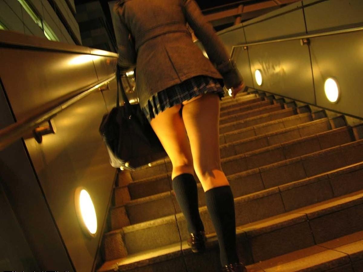 【ミニスカエロ画像】ミニが浮いてお尻がチラリ!下着が見えなくても満足