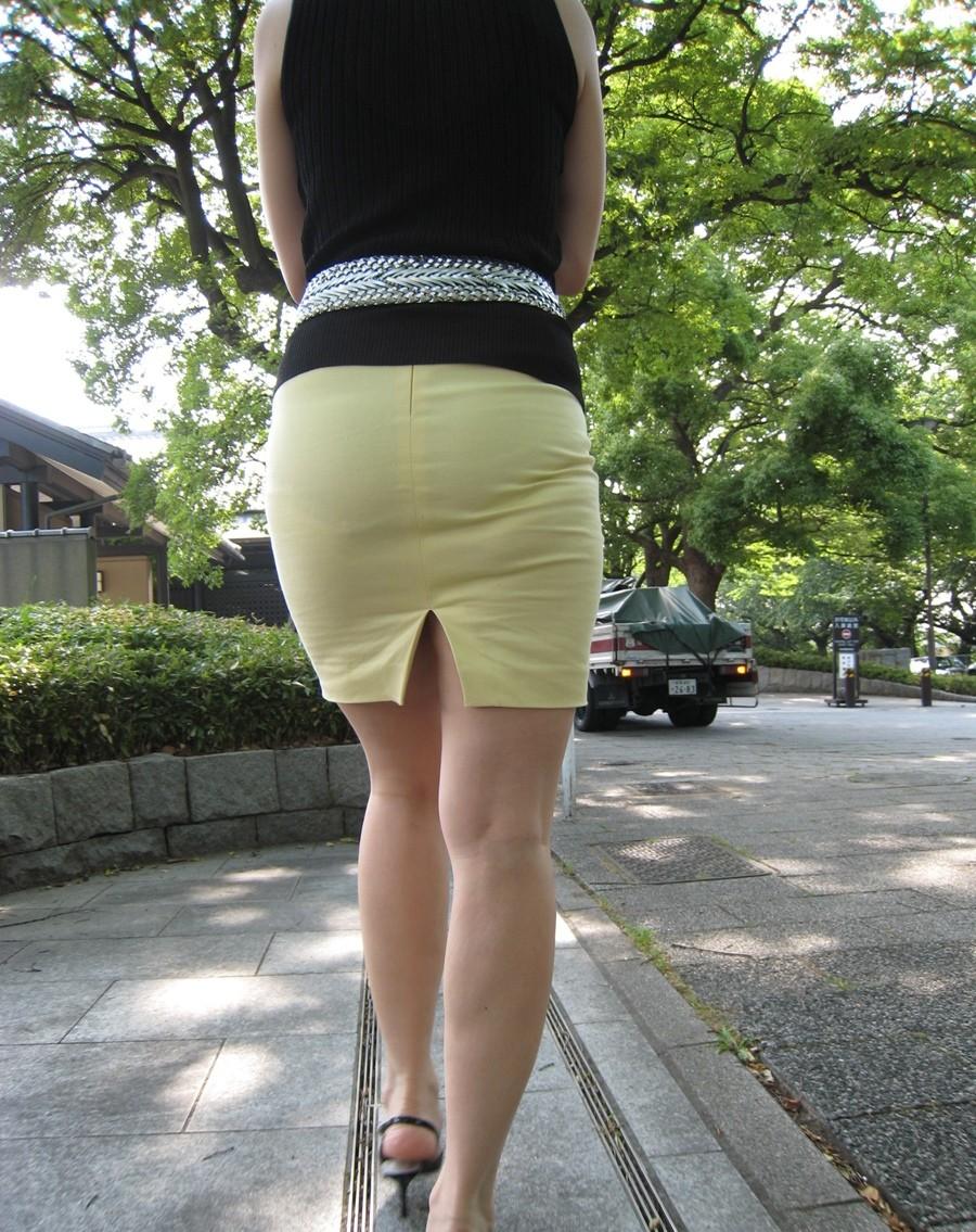 【透け下着エロ画像】ズボンでも下着がわかる!お尻に浮いたエッチなライン(*´Д`)