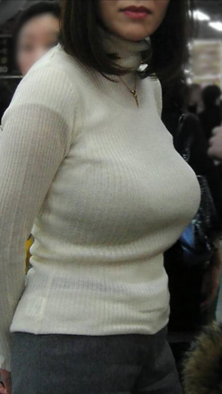 【巨乳エロ画像】触れないなら飽きるまでガン見!近づきたい街の着衣おっぱい(;´Д`)