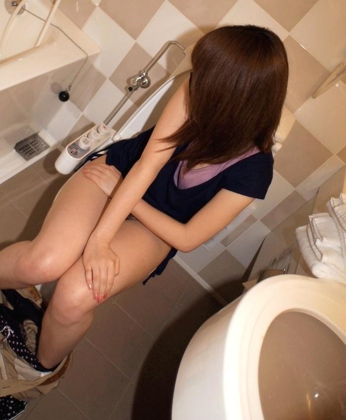【羞恥エロ画像】敢えて開けよう!色々覚悟の上での女子のトイレ中急襲(*´Д`)
