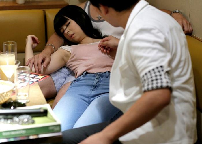 【エロ動画】清純娘が餌食!絶対効く昏睡薬飲ませて輪姦とかマジ鬼畜ヽ(ヽ゚ロ゚) 01