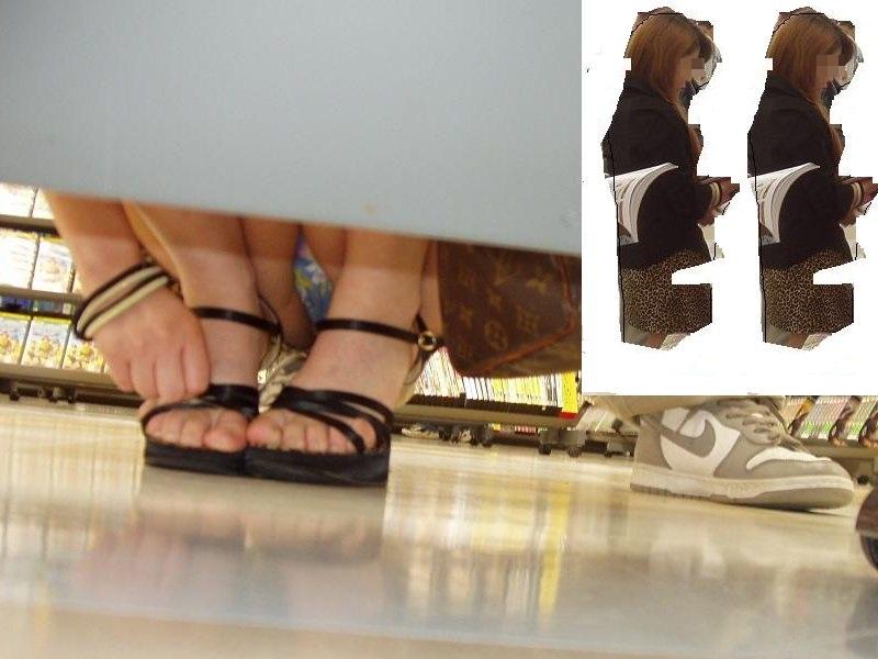 【パンチラエロ画像】棚の前に座ってたら即反対側へ!パンツをこっそり覗き撮り(*´Д`)