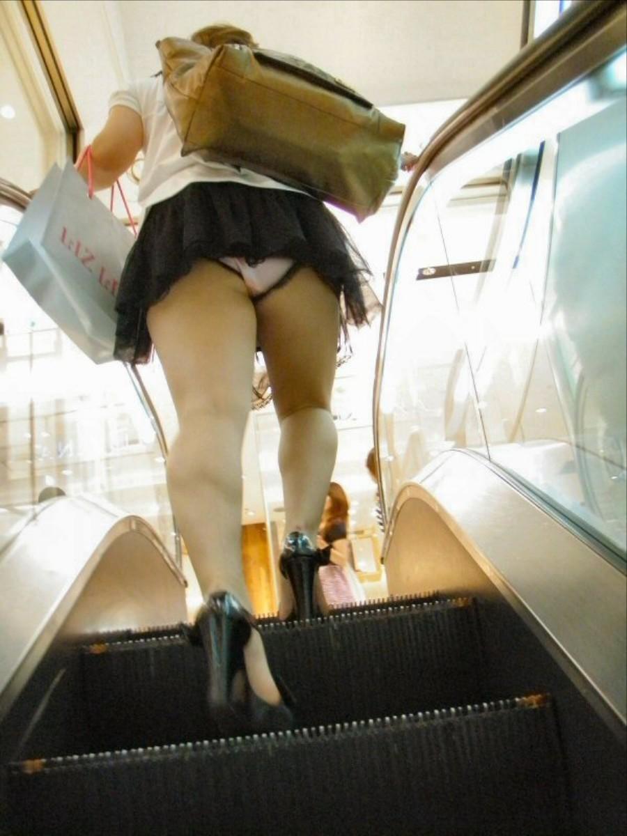 【パンチラエロ画像】階段あれば是非上って!全てはパンチラの為に(*´д`*)