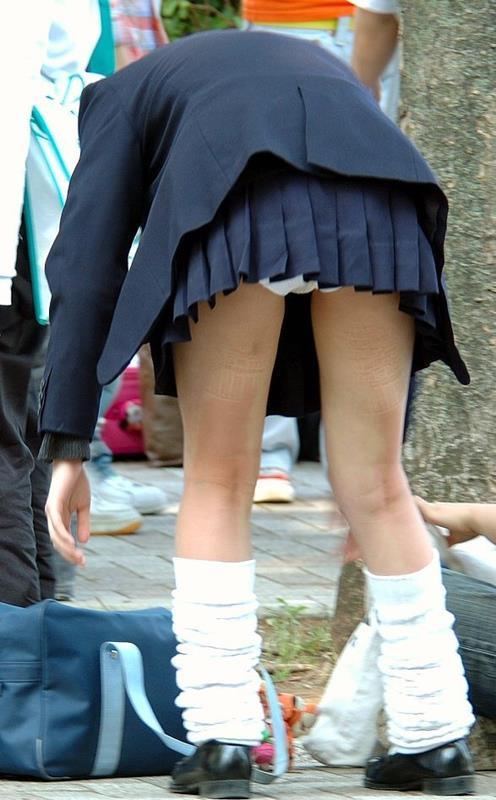 【JKパンチラエロ画像】 制服を着た女子校生たちのミニスカから、思いっきりパンディーが見えてるのを発見!!!