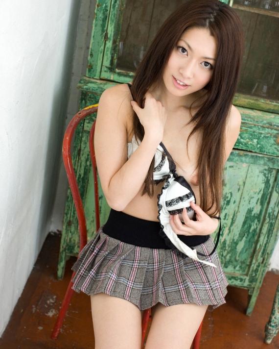 【脱衣エロ画像】乳首を見せてくれた事が重要w美女のブラ脱ぎおっぱい披露(*´Д`)