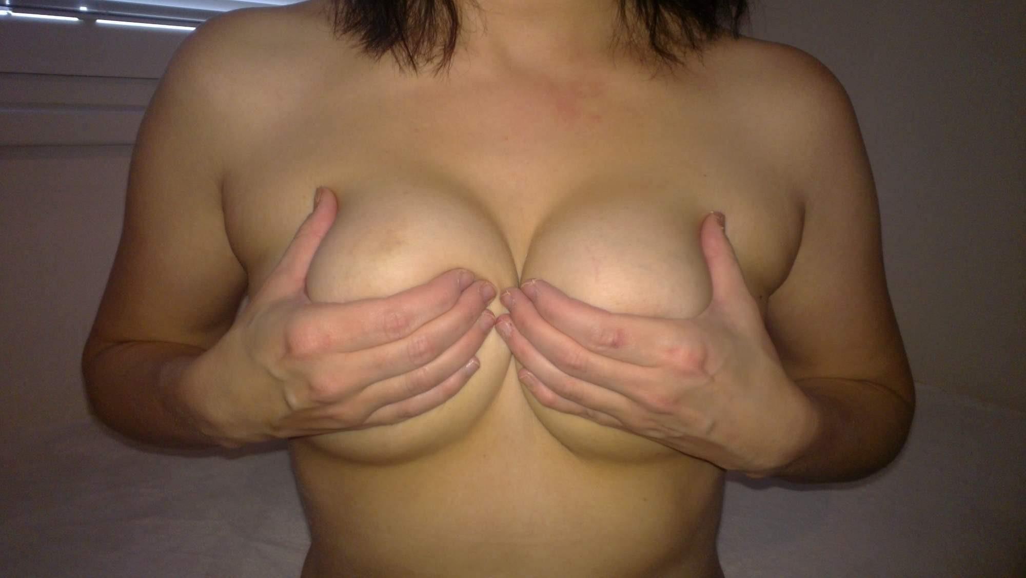 【手ブラエロ画像】乳輪ハミ出しだけじゃ不満!早く乳首見せてよ意地悪な手ブラ乳(;´Д`)