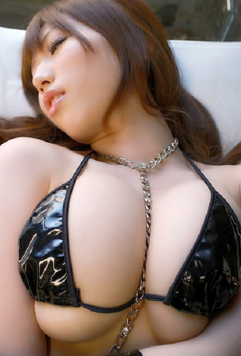 【下乳エロ画像】零れ落ちても許しましょうwむしろ期待されてる下乳ハミ出し(;´Д`)