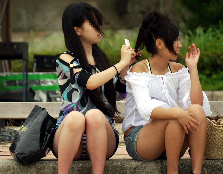 【パンチラエロ画像】なぜか隠さない…座るとパンツ丸見え過ぎる街角素人(*´д`*)