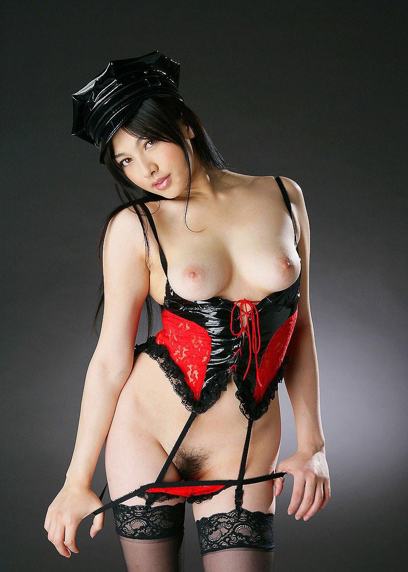 【コスプレエロ画像】サイズはギリギリ!だから苦しくもあるボンデージお姉様(*´Д`)