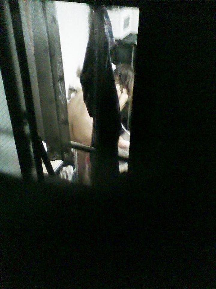 【民家エロ画像】うっかり窓を開放したから…暴かれる住人たちの恥ずかしい姿(;´Д`)