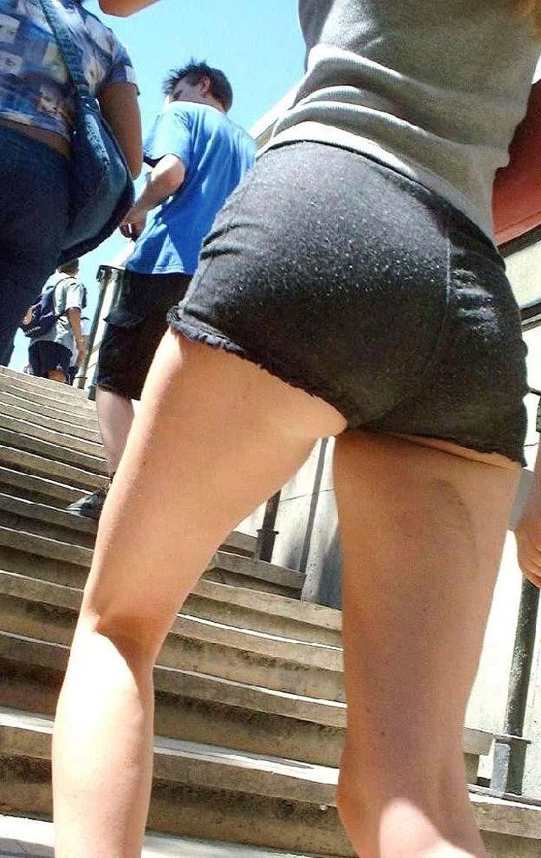 【ショーパンエロ画像】絶妙なハミ出し具合にも注目!美脚と美尻のショーパン素人(*´д`*)