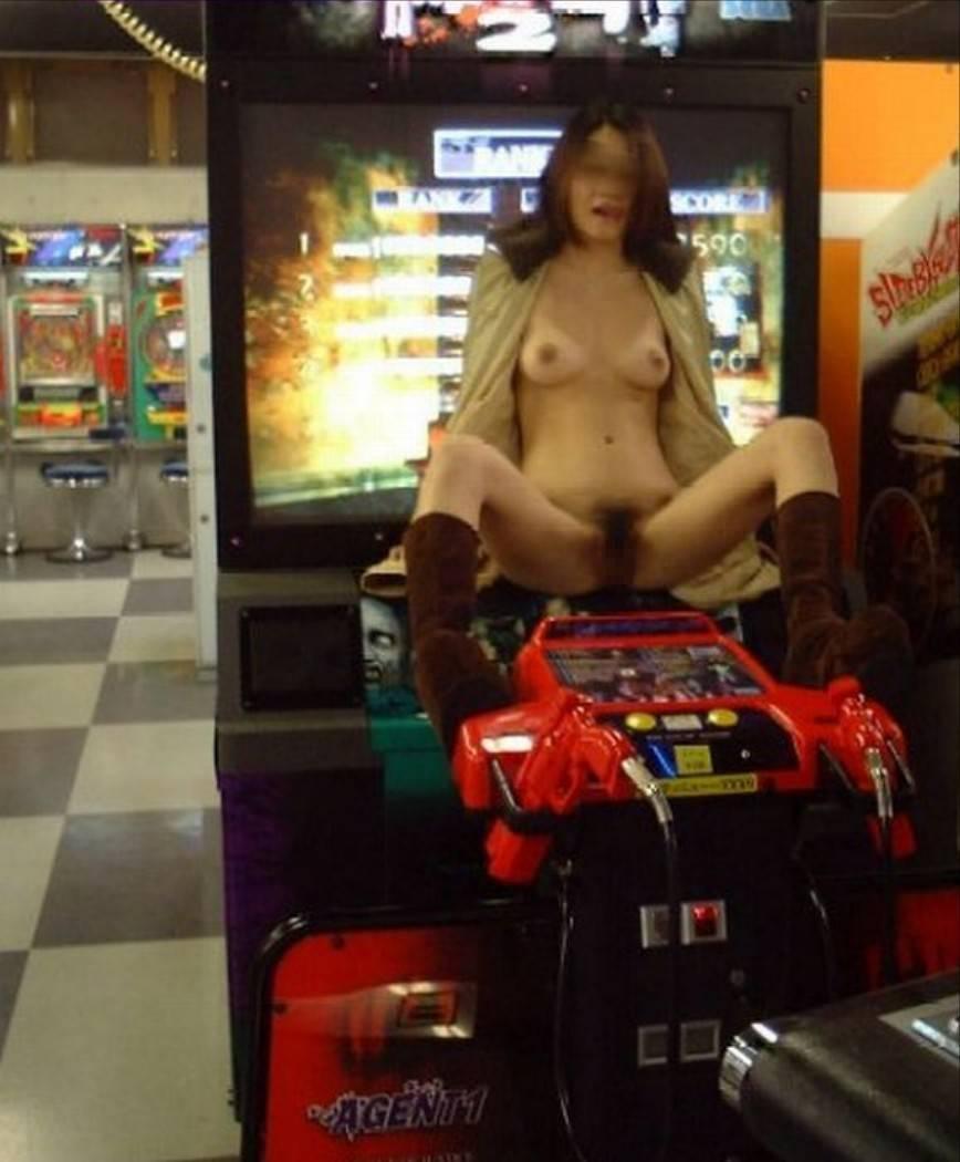 【露出エロ画像】ズバリ迷惑ですw店側にはありがたくない店内で露出やらかす人たち(゜ロ゜ノ)ノ