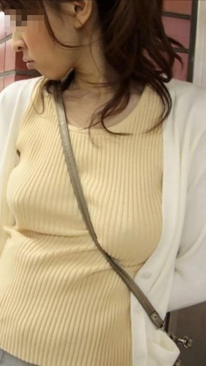【着胸エロ画像】大きく見えるから釣られちゃう…勝手に悩ましく感じる街角パイスラ(*´д`*)