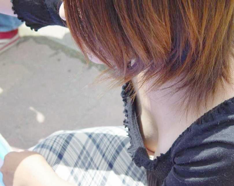 【盗撮エロ画像】素人女性の胸元がユルユル過ぎておっぱいに釘つけになるぞぉおお!