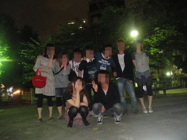 【パンチラエロ画像】チャンスがあれば記念を装いw丸見えなおパンツゲットな集合写真作戦(*´Д`)