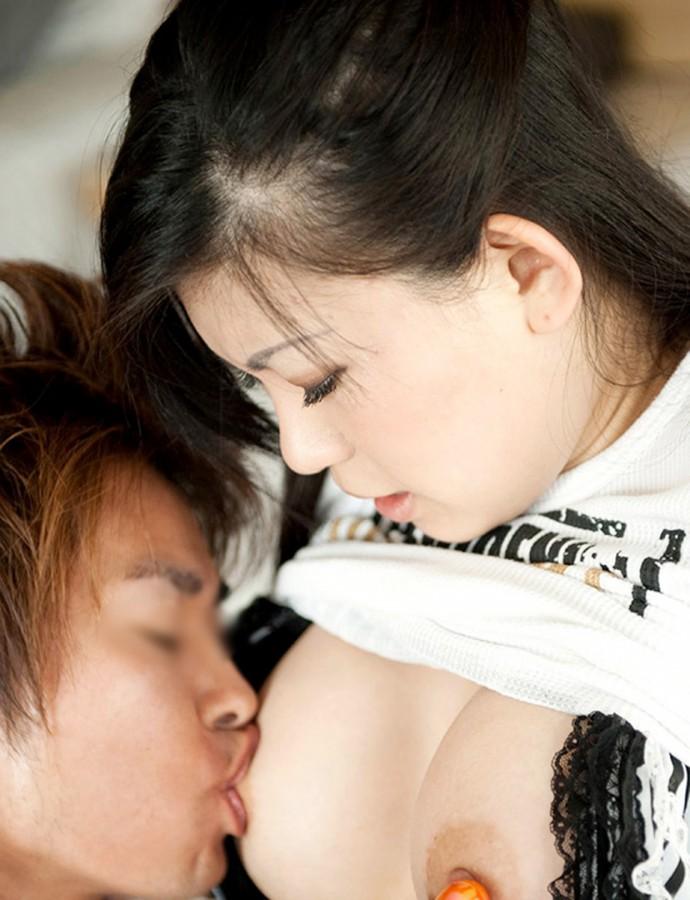 【乳首エロ画像】吸い付いたら離したくないw色変わるまでしたい乳首吸い(*´Д`)