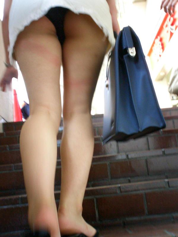 【パンチラエロ画像】ミニが上にいるなら迷わず見上げ!ローアングルの絶景(*´Д`)