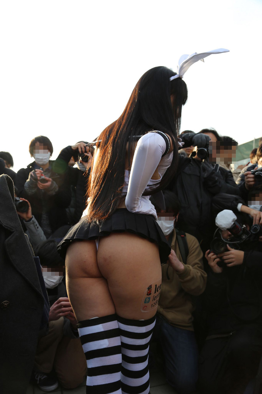 【コスプレエロ画像】大衆の前でも攻める人は攻めるw見えそうな過激コスプレイヤー達(*´д`*)