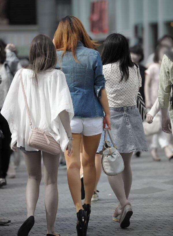 【着尻エロ画像】もれなく端っこハミ出す素敵仕様wショーパン系女子の揺れる尻(*´Д`)