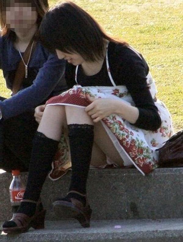 【パンチラエロ画像】膝下げればいいのに…でも上げて丸見え座りパンチラ女子(*´Д`)