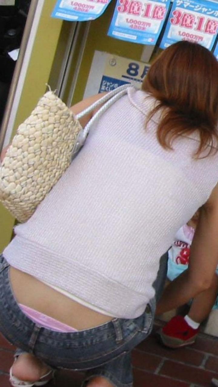 【ママチラエロ画像】ローライズじゃないのに…ハミ出すママの腰パンチラ(;´Д`)
