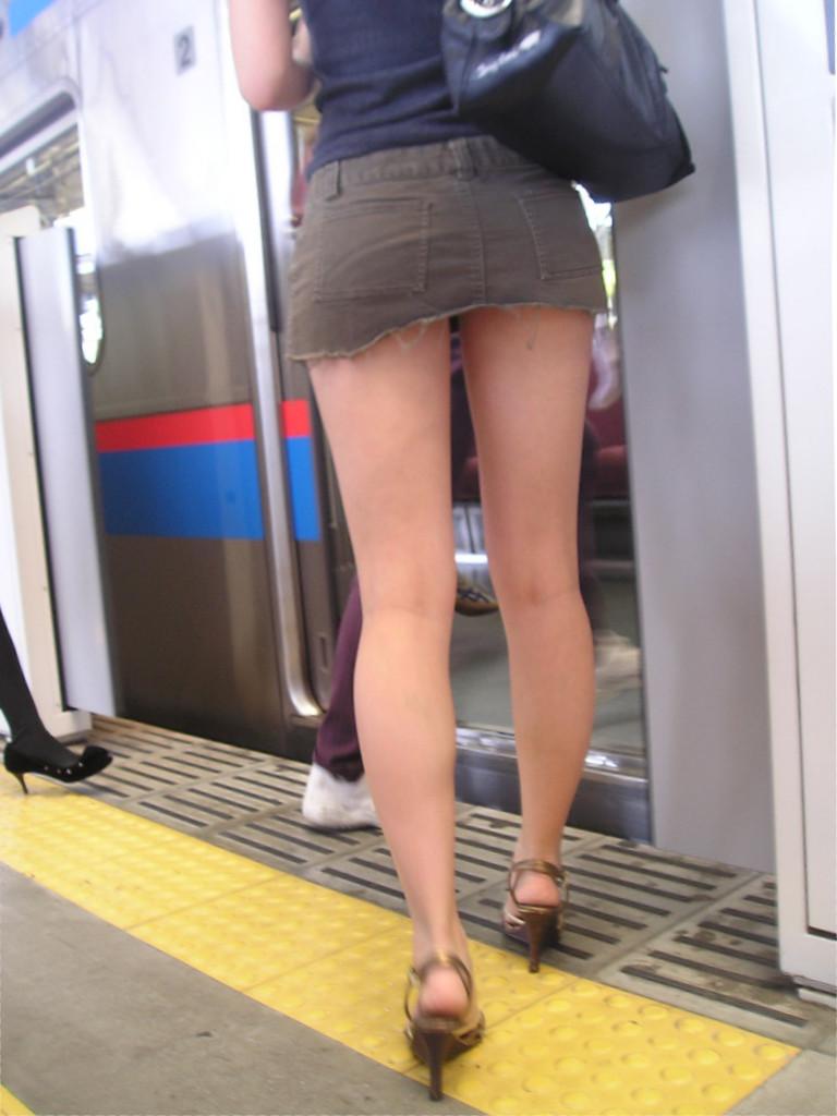パンツ見えなくても抜ける路上ギャルのミニスカ画像