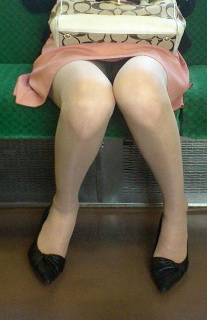 【パンチラエロ画像】空いてたら迷わず着席!電車対面の抑えたいチラ見え女子(;´Д`)