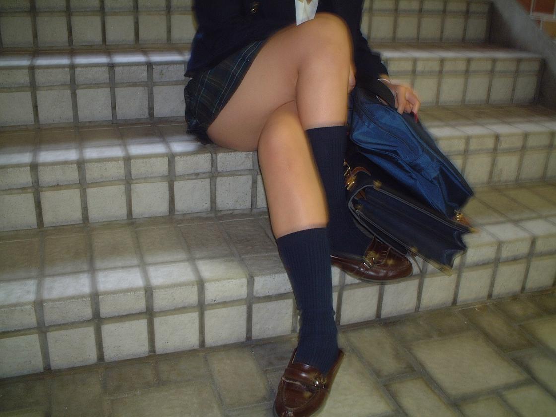 【制服エロ画像】パンツ見えないって事は、ねwはいてない疑惑の制服美少女たち(*´Д`)