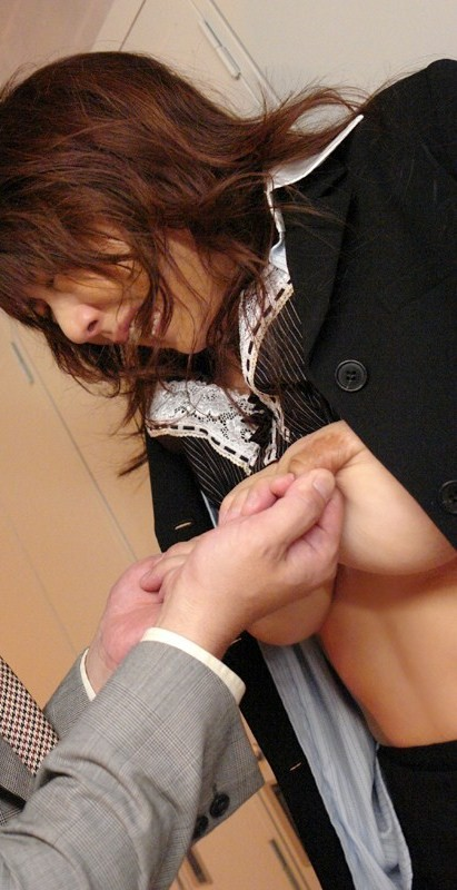 【乳首エロ画像】とっても敏感なんです…摘んだだけで軽く痙攣する乳首責め(;´Д`)
