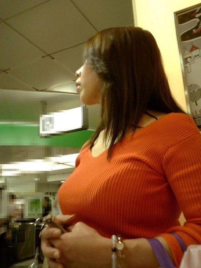 【着胸エロ画像】見るだけなら不自由しないw目立つおっぱいだらけな都会事情(*´Д`)