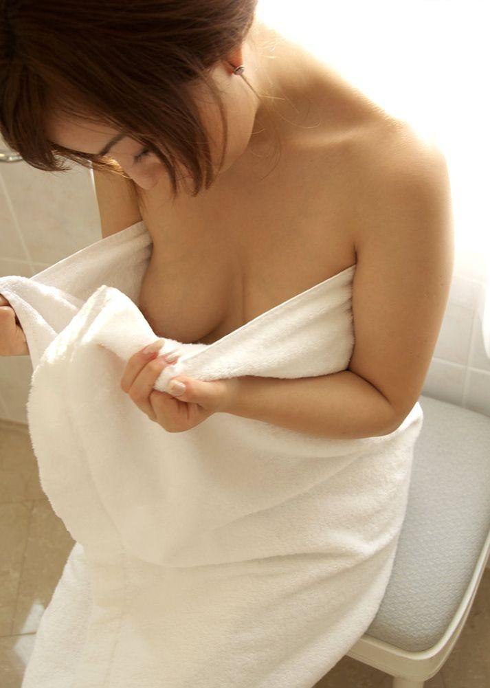 【着エロ画像】守っているのはこの1枚…剥ぎ取るタイミングを測るべきバスタオル女子(*´Д`)