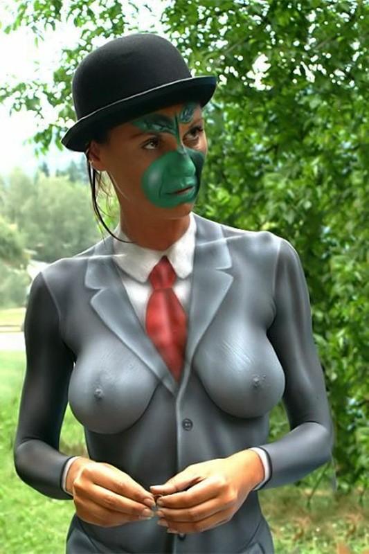 【露出エロ画像】何も着てませんよw乳首の形は誤魔化せない全身ペイント美女(*´Д`)
