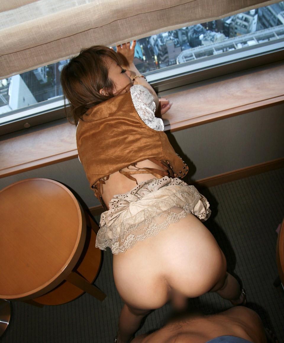 【セックスエロ画像】終わったらすぐ戻れるw脱ぐ手間省いた着衣の性交(*´Д`)