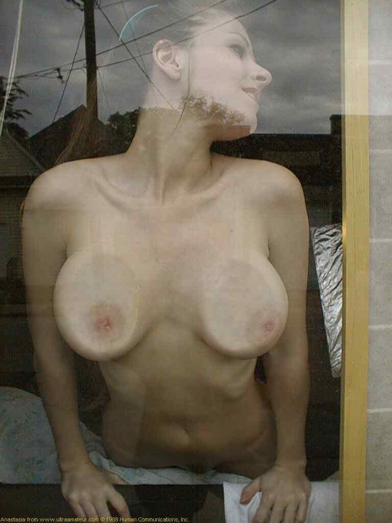 【巨乳エロ画像】イイ潰れっぷりwめり込んだ乳首もイイ味出してるガラス押し付け乳(;´Д`)
