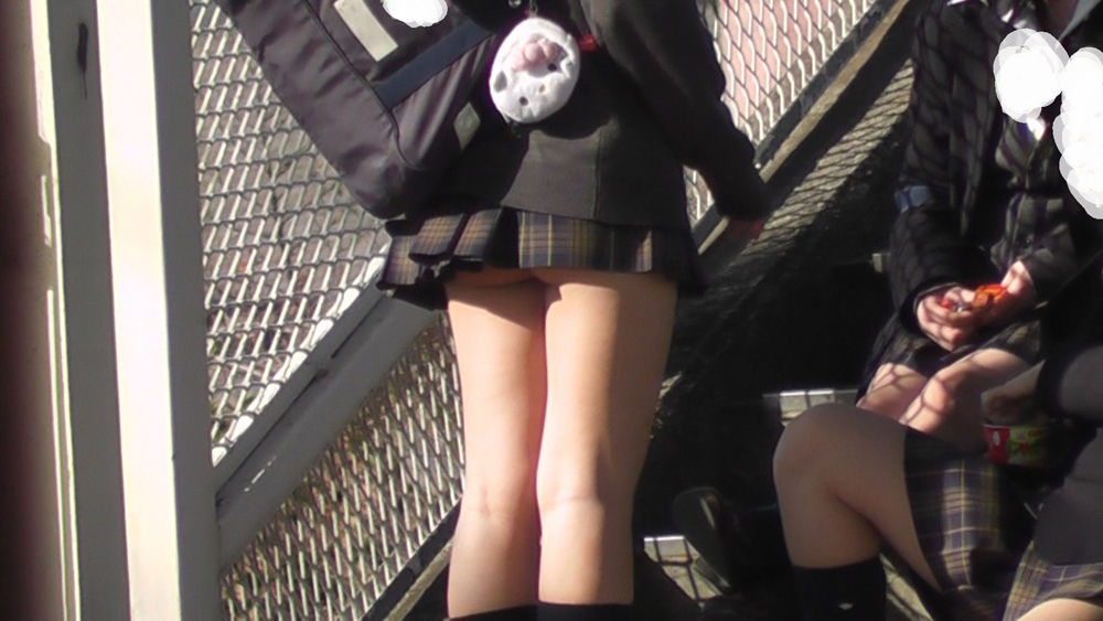 【ミニスカエロ画像】これも見えている扱い!ミニから覗く若いお尻の端っこ(*´д`*)
