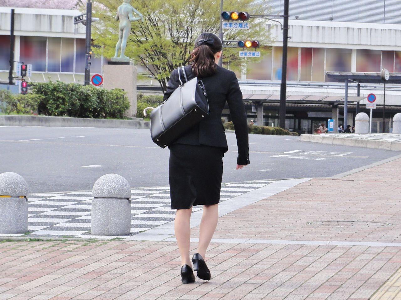 【リクスーエロ画像】まだ熟す前でも見とれてしまう就活女子のタイト尻(;´Д`)